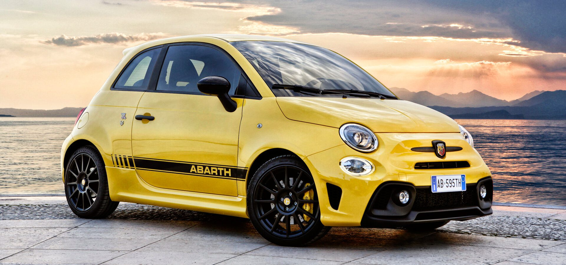 Abarth 595 - Amarillo, mar, puesta de sol